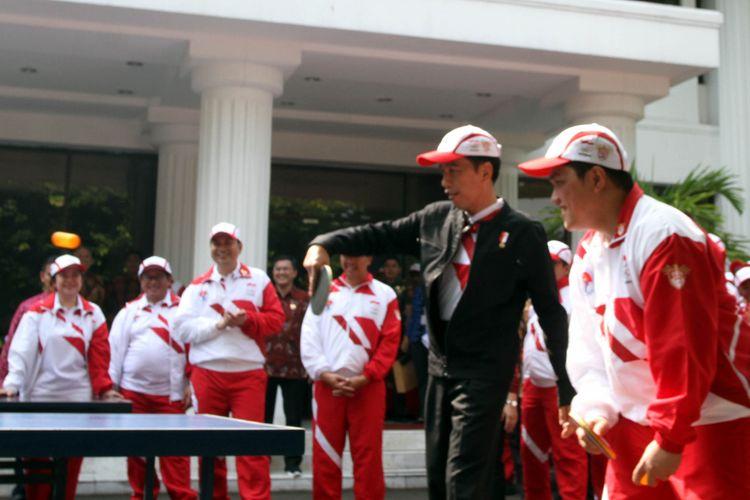 Presiden Joko Widodo bermain tenis meja usai melepas kontingen Sea Games di halaman tengah Istana Presiden, Jakarta, Senin (7/8/2017).