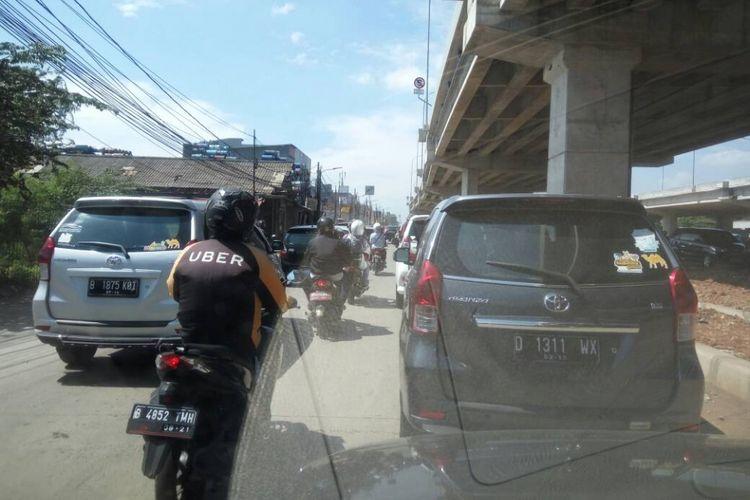 Kepadatan lalu lintas seputar Kalimalang di hari Lebaran pertama, Minggu (25/6/2017).