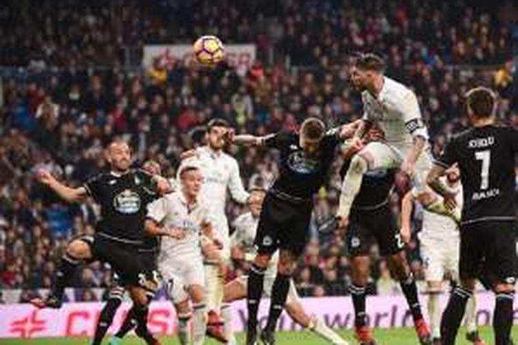 Sundulan Sergio Ramos menentukan kemenangan Real Madrid atas Deportivo La Coruna pada pertandingan La Liga di Stadion Santiago Bernabeu, Sabtu (10/12/2016).