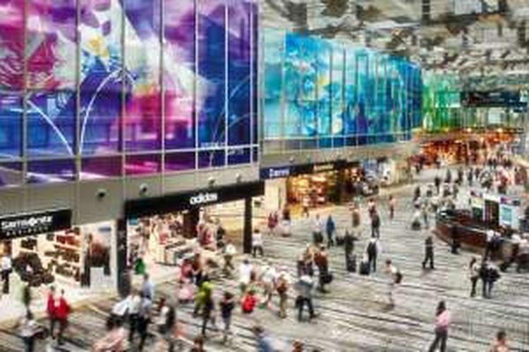 Bandara Changi di Singapura punya ratusan outlet layaknya mal.