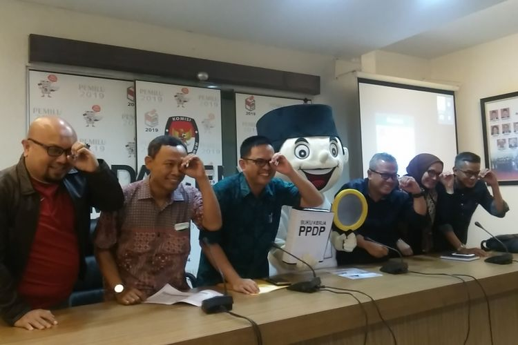 Komisi Pemilihan Umum RI (KPU) akan melakukan kegiatan pencocokan dan penelitian (Coklit) serentak data pemilih Pilkada pada 20 Januari, Jakarta, Minggu (14/1/2018). KPU menargetkan pada hari pelaksanaan coklit serentak, petugas dapat mencoklit 1,93 juta rumah.