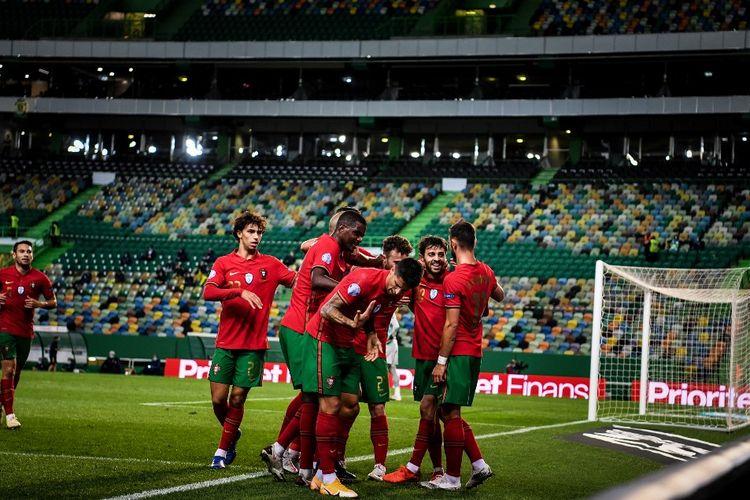 Para pemain Portugal merayakan gol Bernardo Silva ke gawang Swedia pada laga UEFA Nations League di Stadion Jose Alvalade, Rabu (14/10/2020) atau Kamis dini hari WIB.