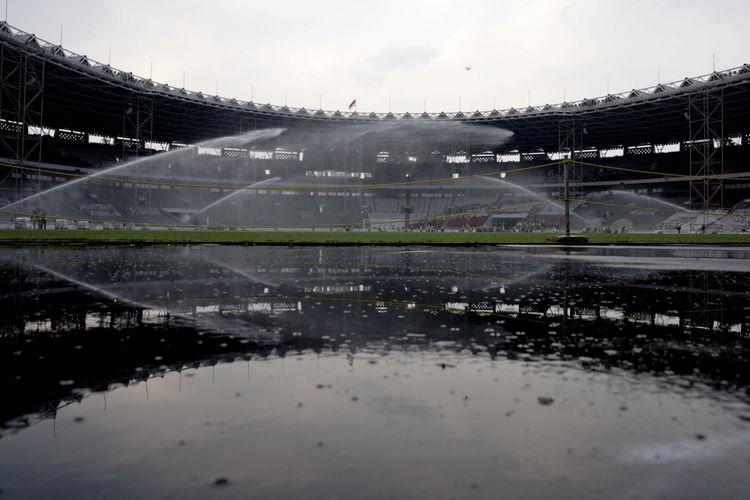 Pekerja menyiram rumput Stadion Utama Gelora Bung Karno, Senayan, Jakarta, Selasa (8/8). Berdasarkan data Kementerian PUPR renovasi Stadion Utama Gelora Bung Karno yang dipersiapkan untuk Asian Games 2018 tersebut telah mencapai 82 persen. ANTARA FOTO/Wahyu Putro A/aww/17.