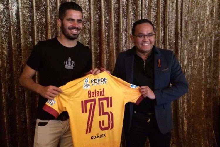 Marquee player Sriwijaya FC, Tijani Belaid (kiri), diperkenalkan Presiden klub, Dodi Reza Alex Noerdin (kanan), di Hotel Mulia, Jakarta, Sabtu (29/4/2017).