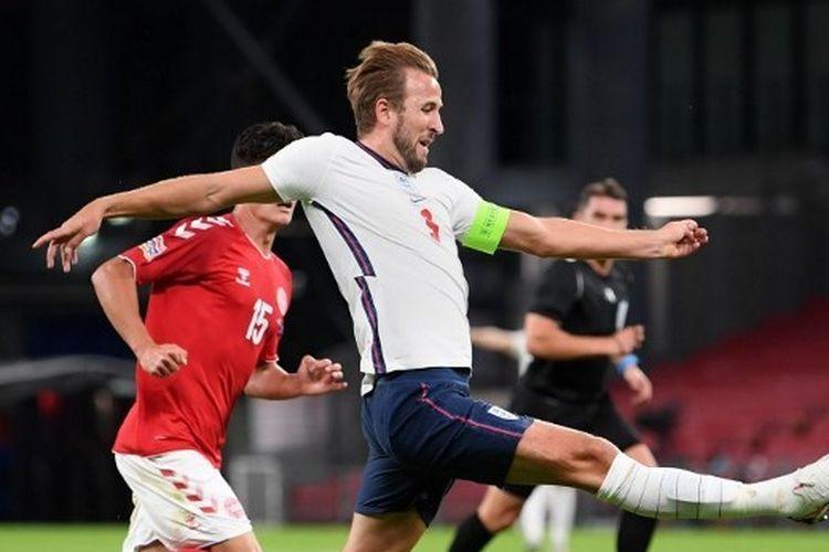 Harry Kane berusaha menguasai bola dalam laga Denmark vs Inggris pada matchday kedua UEFA Nations League 2020-2021 yang dilangsungkan di Stadion Parken, Copenhagen, Rabu (9/9/2020) dini hari WIB.