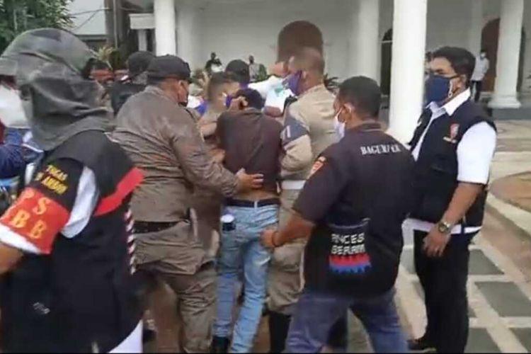 Demo menolak penerapan pembatasan kegiatan masyarakat (PPKM) di depan kantor Wali Kota Ambon berlangsung ricuh, Kamis (15/7/2021)