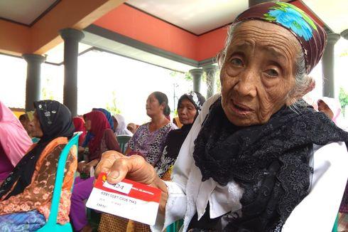 Sumringahnya Mbah Amini dapat Bantuan 10 Kg Beras dari Pemerintah