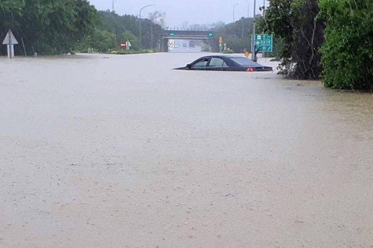 Dalam foto yang dirilis Jumat (24/8/2018), terlihat sebuah mobil terendam akibat banjir yang terjadi di Chiayi. Banjir yang diakibatkan depresi tropis mengakibatkan enam orang tewas.
