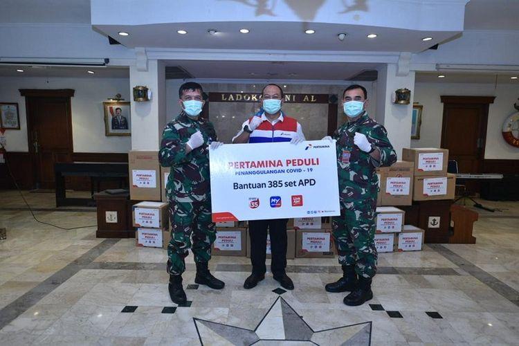 Penyerahan simbolus bantuan APD dari Pertamina di Rumah Sakit Gigi dan Mulut (RSGM) LADOKGI TNI Al RE Martadinata, Jakarta Pusat.