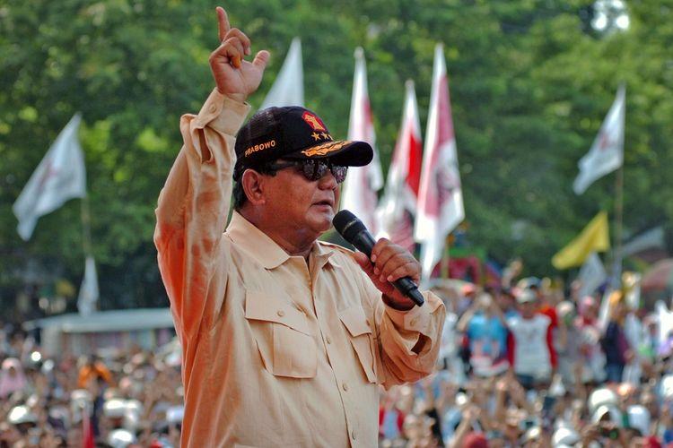 Capres nomor urut 02, Prabowo Subianto menyapa simpatisan saat kampanye terbuka di Lapangan GOR Wisanggeni, Tegal, Jawa Tengah, Senin (1/4/2019). Kampanye tersebut dihadiri ribuan pendukung serta simpatisan dari berbagai parpol pengusung pasangan Prabowo-Sandiaga Uno. ANTARA FOTO/Oky Lukmansyah/ama.