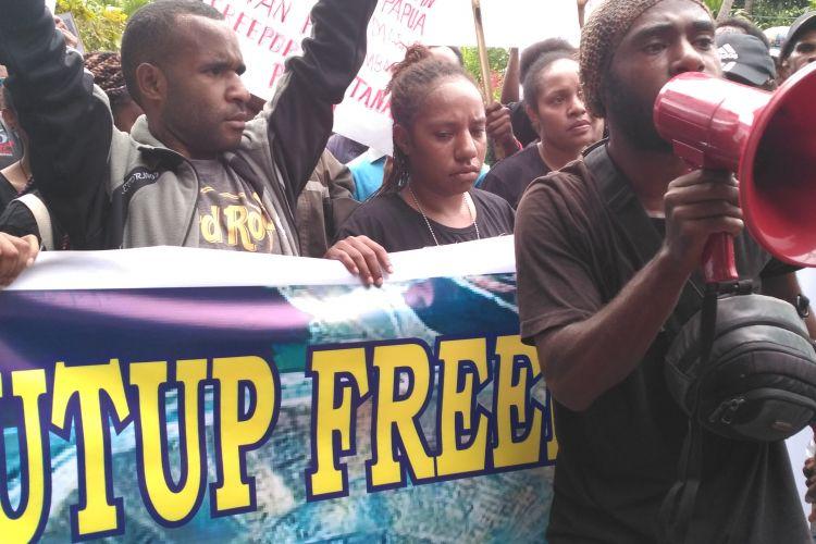 Aliansi Mahasiswa Papua saat menggelar aksi demo di depan konjend Amerika, Denpasar
