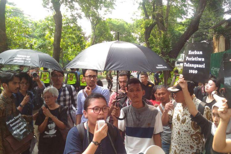 Sejumlah LSM melakukan orasi saat Wakil Presiden Jusuf Kalla menghadiri peringatan Hari HAM Internasional di Gedung Komnas HAM, Jakarta, Senin (11/12/2018).