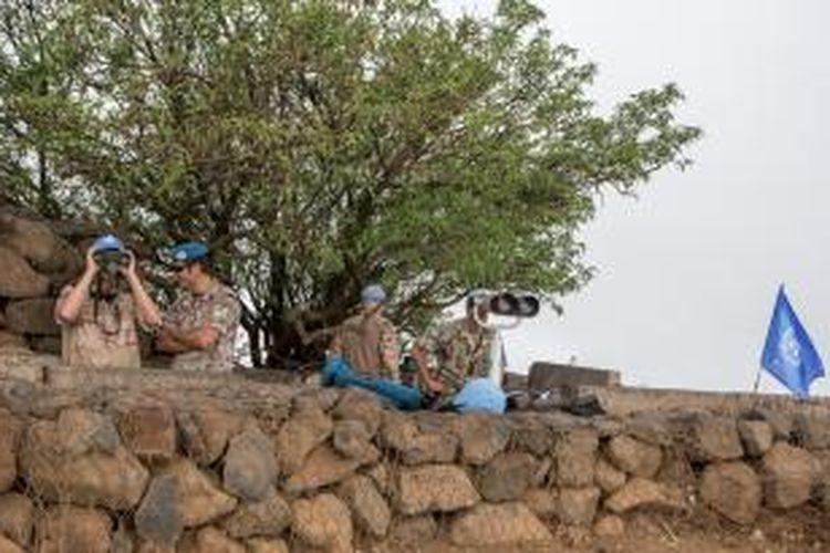 Pasukan misi pengawas gencatan senjata di Dataran Tinggi Golan (UNDOF) mengawasi wilayah Suriah dengan menggunakan teropong.