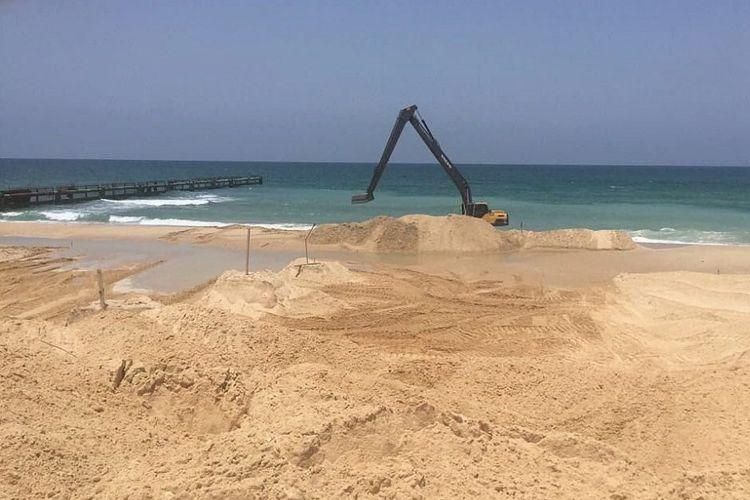 Alat berat tampak beroperasi dalam proyek pembangunan penghalang bawah laut di dekat perbatasan Israel dengan Jalur Gaza.