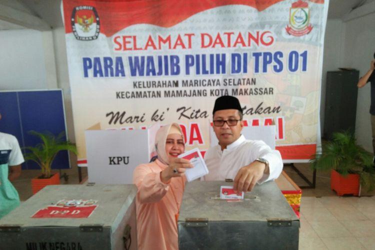 Walikota Makassar,  Mohammad Ramdhan Pomanto bersama istrinya menyalurkan hak pilihnya di TPS dekat rumahnya di Jl Amirullah,  Makassar,  Rabu (27/6/2018).