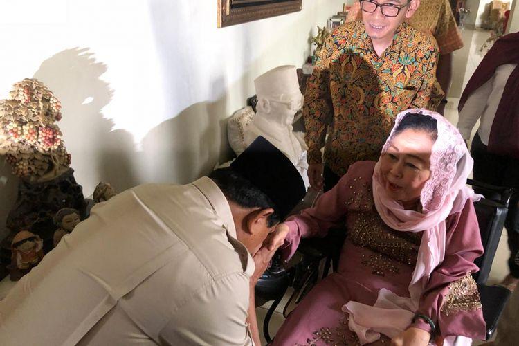 Bakal calon presiden Prabowo Subianto mengunjungi kediaman istri mendiang Presiden Ke-4 RI Abdurrahman Wahid atau Gus Dur, Shinta Nuriyah Wahid di Ciganjur, Jakarta Selatan, Kamis (13/9/2018).
