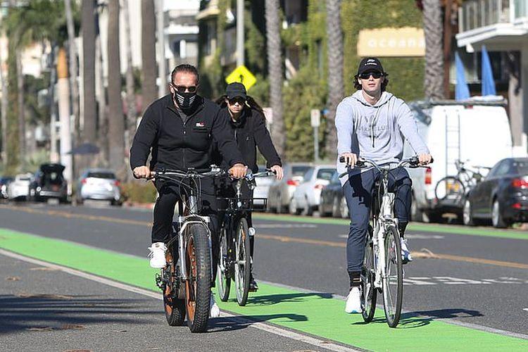 Aktor yang juga mantan Gubernur California, Amerika Serikat, Arnold Schwarzenegger (kiri) terlihat mengenakan pakaian serba hitam. Mulai dari kaus, jaket, hingga celana training, saat bersepeda di Santa Monica, Amerika Serikat. Pria kelahiran 30 juli 1947 itu juga memakai sepasang sneaker Adidas Superstar berwarna klasik putih dan hitam.