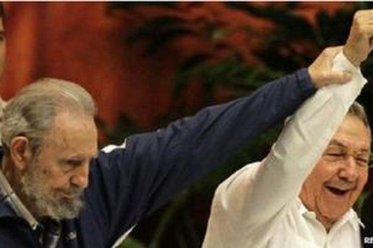 Fidel Castro, kiri, dan Raul bertempur bersama dalam Revolusi Kuba