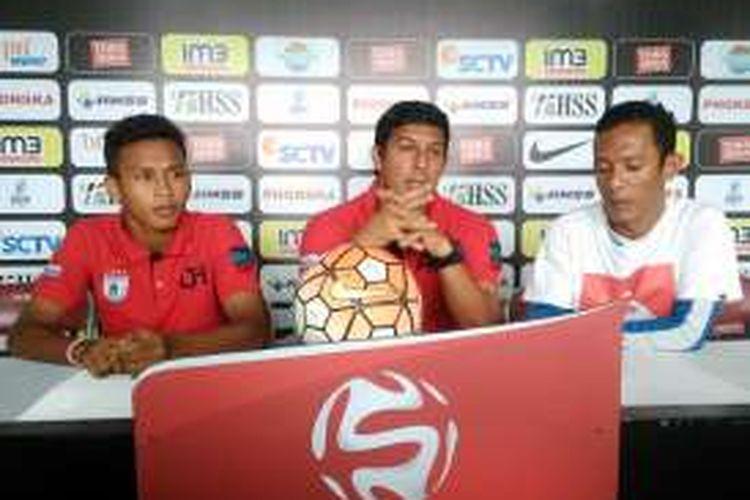 Pelatih Persipura Jayapura Angel Alfredo Vera (tengah), dalam sesi jumpa pers sebelum pertandingan, Sabtu (10/12/2016).