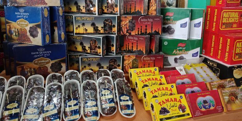Kurma yang dijual dengan box aneka merek, di Pasar Tanah Abang Blok C, Rabu (23/5/2018).
