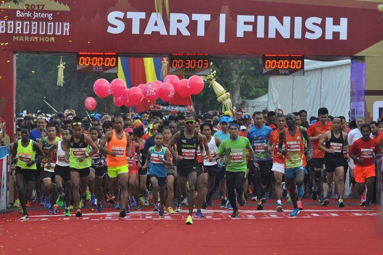 Sejumlah peserta berlari meninggalkan garis start pada Bank Jateng Borobudur Marathon (BJBM) 2017 di Taman Wisata Candi (TWC) Borobduur, Magelang, Jateng, Minggu (19/11). Sebanyak 8.754 peserta dari dalam dan luar negeri mengikuti BJBM yang meombakan tiga kategori Full Marathon (42 km), Half Marathon (21 km) dan 10 K (10 km) dengan total hadiah sebesar  Rp 2,3 miliar. ANTARA FOTO/Anis Efizudin/ama/17