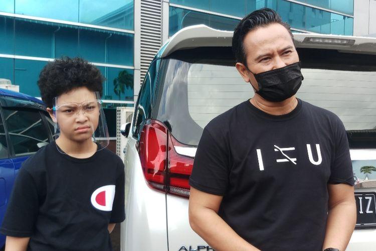 Mudji Massaid (kanan) dan anak Angelina Sondakh, Keanu Jabaar Massaid (kiri), saat ditemui di kawasan Tendean, Jakarta Selatan, Senin (4/1/2021).