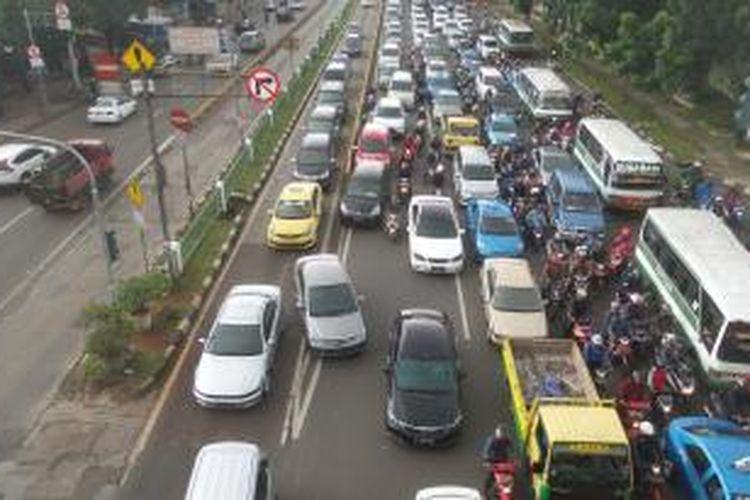 Situasi di Jalan Mampang Prapatan arah Kuningan, Jakarta Selatan pada Rabu (30/12/2015) sekitar pukul 09.00. Terlihat cukup banyak mobil maupun sepeda motor yang menerobos busway yang ada di sisi kanan jalan. Padahal, separator busway di lokasi tersebut sudah ditinggikan.