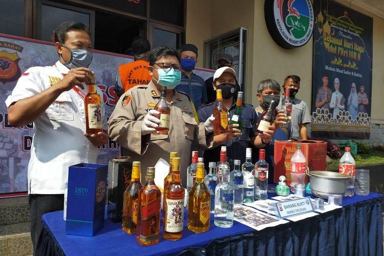 Kapolres Cimahi AKBP M Yoris Maulana tengah memperlihatkan barang bukti miras merk impor tanpa izin
