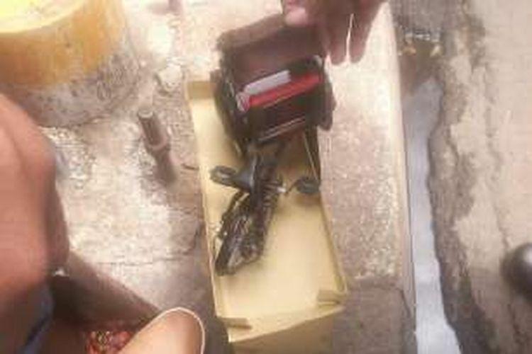Kotak mencurigakan yang diduga bom di depan Mal Kota Kasablanka, Jakarta Selatan ternyata berisi miniatur becak, Minggu (18/12/2016).