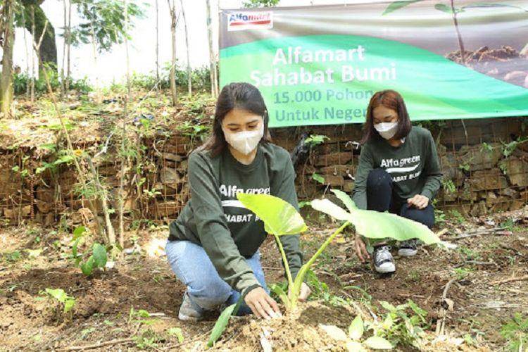Sebagai bentuk kepedulian terhadap kelestarian lingkungan, program Alfamart Sahabat Bumi menanam 15.000 pohon untuk Indonesia.