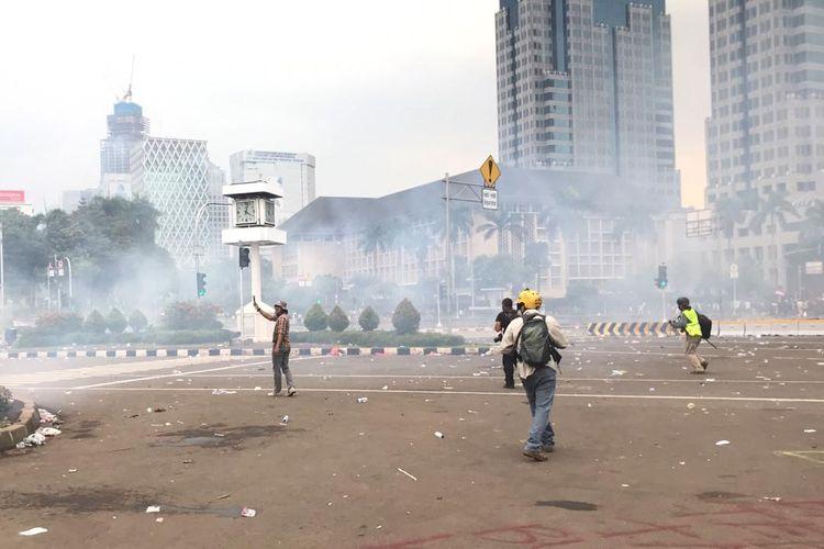 Demo penolakan UU Cipta Kerja di Jalan Medan Merdeka Barat berlangsung rusuh, Rabu (13/10/2020).