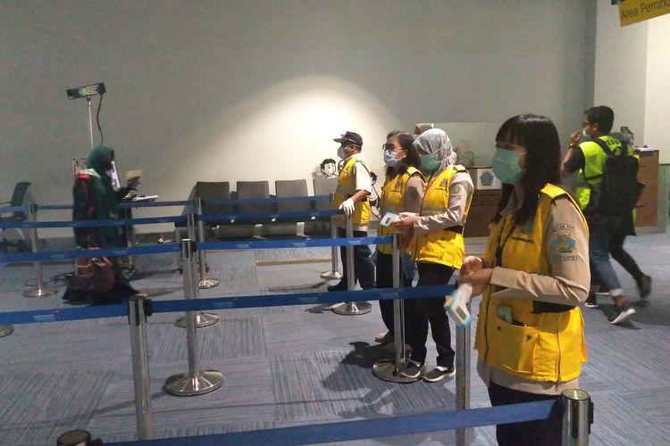 Petugas Kesehatan berjaga untuk memeriksa penumpang di kedatangan internasional Bandara Soekarno-Hatta, Rabu (4/3/2020)