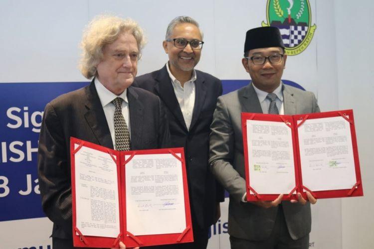 Gubernur Jawa Barat, Ridwan Kamil, dan Direktur British Council Indonesia, Paul Smith, menandatangani MoU English For West Java di Kantor Pusat British Council, Jakarta Selatan, Selasa (08/01/19), hadir pula Duta Besar Inggris untuk Indonesia dan Timor Leste, Moazzam Malik menyaksikan penandatanganan.