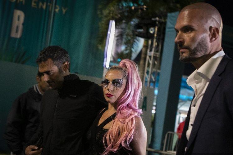 Penyanyi Lady Gaga dan kekasih meninggalkan Hard Rock Stadium, Miami, Minggu (2/2/2020), setelah menyaksikan Super Bowl, pertandingan antara Kansas City Chiefs dengan San Francisco 49ers.
