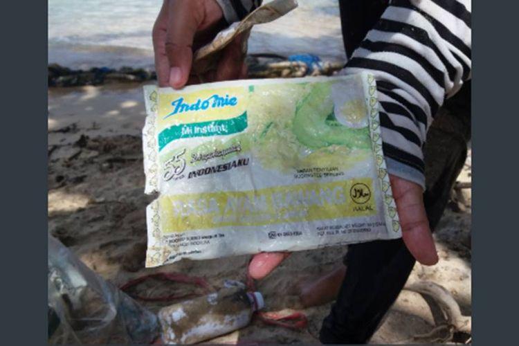 Foto sampah plastik bungkus Indomie bertuliskan Dirgahayu 55 Tahun Indonesiaku ditemukan di Pantai Sendang Biru di selatan Kabupaten Malang, Jawa Timur, viral di media sosial.