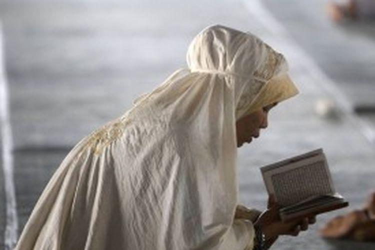 Ilustrasi: Warga membaca Al Quran di Masjid Istiqlal, Jakarta Pusat, Jumat (20/8/2010). Ramadhan dipergunakan sebaik-baiknya oleh umat Islam untuk mencari pahala, antara lain dengan membaca Al Quran, beriktikaf, dan shalat tarawih.