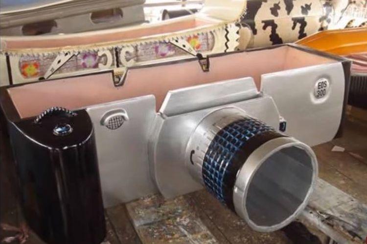 Peti mati fantasi atau Adebuu Adekai, berbentuk kamera.