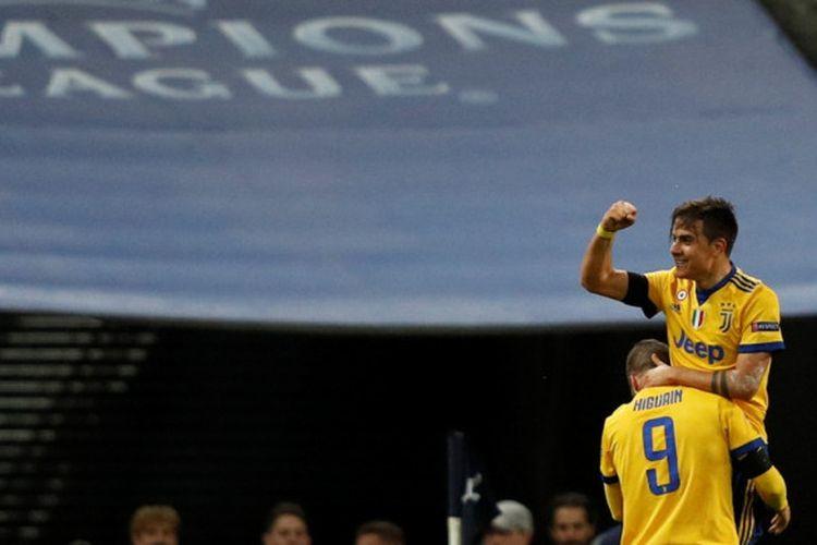 Penyerang Juventus, Paulo Dybala (kanan), merayakan golnya bersama Gonzalo Higuain dalam laga leg kedua babak 16 besar Liga Champions kontra Tottenham Hotspur di Stadion Wembley, London, Inggris, pada 7 Maret 2018.