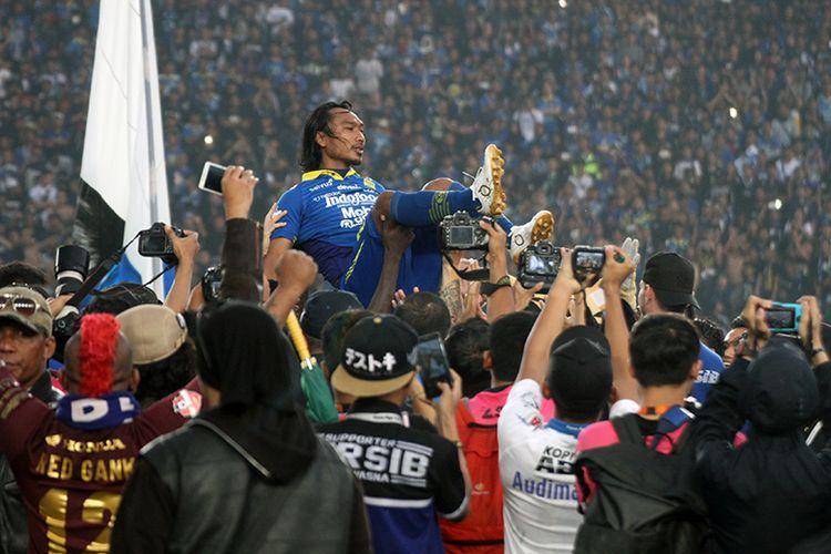 Gelandang Persib Bandung, Hariono, mendapatkan guard of honour setelah laga melawan PSM Makassar, di Stadion Si Jalak Harupat, Minggu (22/12/2019).