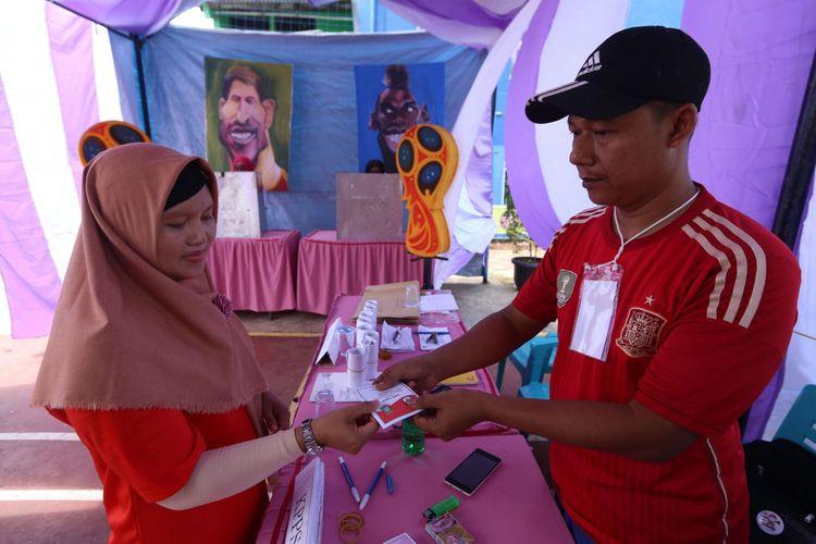 Ilustrasi: Seorang warga saat memberikan suara di Tempat Pemungutan Suara (TPS) 29 dengan konsep Piala Dunia di Gandasari, Jatiuwung, Rabu (27/6/2018).