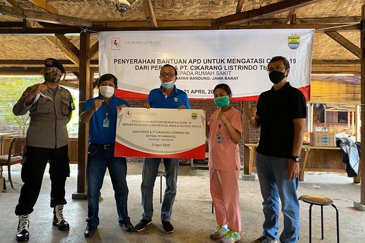 Para petinggi PT Persib Bandung Bermartabat (PBB) memberikan bantuan berupa APD bagi para petugas medis di 10 rumah sakit dan satu klinik di Kota Bandung.