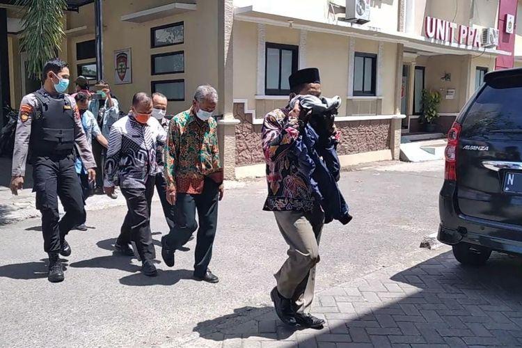 Para tersangka kembali menuju tempat pemeriksaan KPK usai salat Jumat di Mapolres Probolinggo.