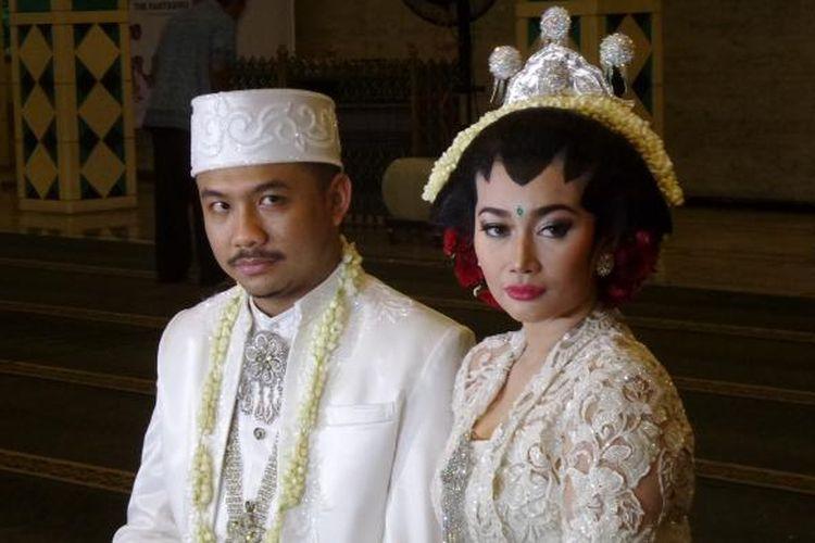 Artis peran Ratu Felisha dan pengacara Ari Pujianto telah menjalani akad nikah di Masjid Raya Pondok Indah, Jakarta Selatan, Sabtu (30/4/2016).