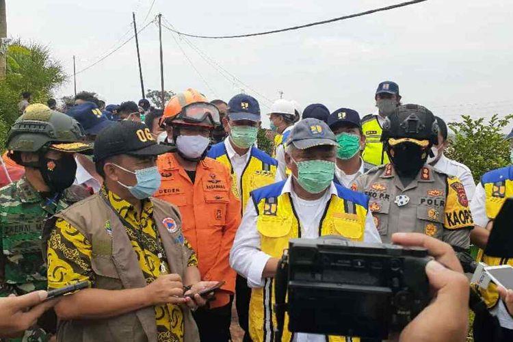 Menteri PUPR Basuki Hadimuljono mengaku ngeri usai melihat sekitar lokasi longsong di Cimanggung, Sumedang, Jawa Barat, Kamis (14/1/2021). AAM AMINULLAH/KOMPAS.com