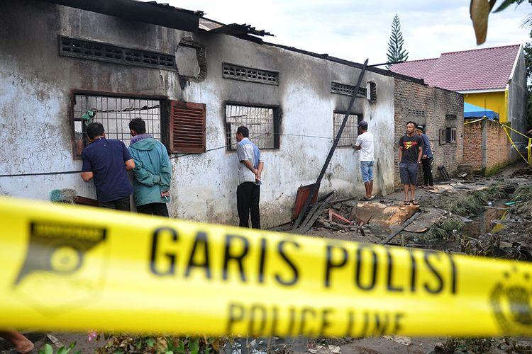 Warga mengerumuni lokasi rumah yang dijadikan pabrik pembuat korek gas (mancis) pascakebakaran di Desa Sambirejo, Kecamatan Binjai, Kabupaten Langkat, Sumatera Utara, Sabtu (22/6/2019). Peristiwa kebakaran yang menewaskan 30 orang itu masih dalam penyelidikan pihak berwenang.