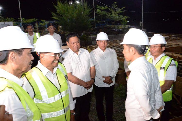 Presiden Joko Widodo didampingi para menteri meninjau Pelabuhan Muara di Kabupaten Tapanuli Utara, Sumatera Utara, Senin (29/7/2019).