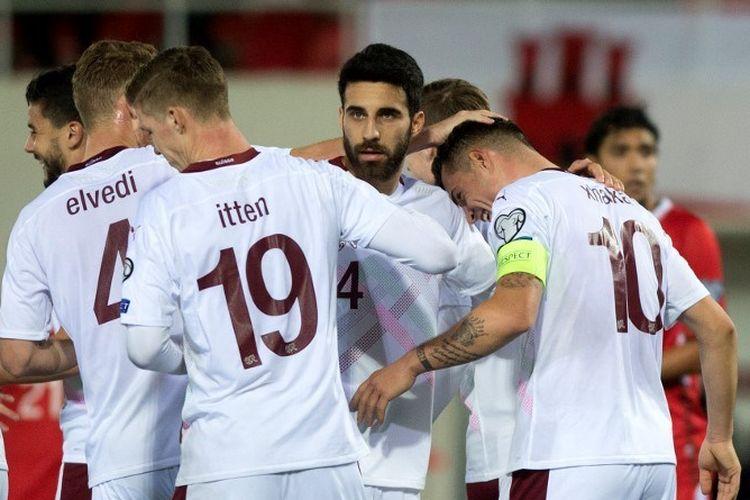 Gelandang Swiss, Granit Xhaka (kanan), merayakan gol bersama rekan-rekannya dalam pertandingan terakhir Grup D Kualifikasi Piala Eropa 2020 antara Gibraltar vs Swiss di Stadion Victoria, Gibraltar, pada 18 November 2019.