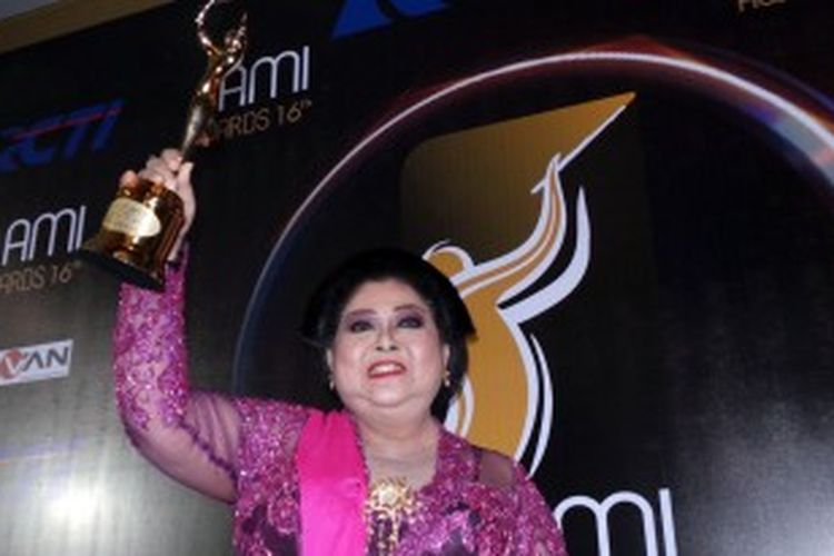 Penyanyi keroncong kenamaan Waljinah menerima penghargaan Lifetime Achievement dari AMI Awards 2013 di Studio 8 RCTI, Kebon Jeruk, Jakarta Barat, Selasa (2/7/2013) malam.