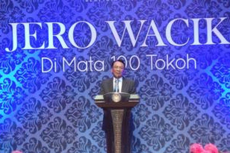 Menteri Energi dan Sumber Daya Mineral Jero Wacik saat meluncurkan buku