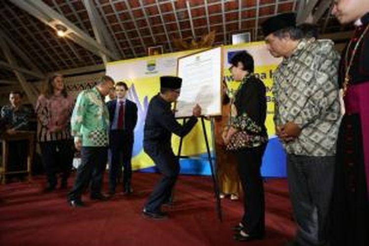 Wali Kota Bandung Ridwan Kamil saat menandatangani piagam HAM Kota Bandung di Pendopo Kota Bandung, Kamis (10/12/2015) malam.